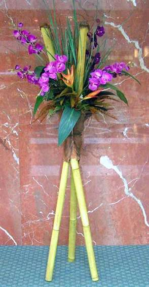 Tripod bamboo design with purple phalenopsis by: Paolo Calvenzani